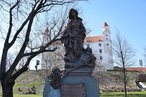 Statue Elisabeth von Thüringen Ungarn Burg Hrad Braitslava Slowakei flusskreuzfahrt donau kreuzfahrt