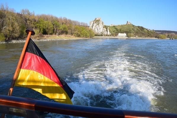 Donau Kreuzfahrt Kielwasser Ruine Burg Devin Grenze Österreich Slowakei Flusskreuzfahrt a-rosa bella