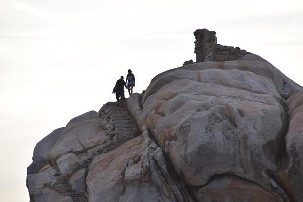 17_Klettern-am-Felsen-im-Sonnenuntergang-am-Capo-Testa-Sardinien-Italien