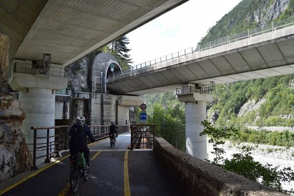 Ciclovia Alpe Adria Radweg unter Autobahnbrücke Friaul Julisch-Venetien Italien