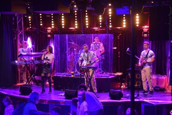 Entertainment Liveband Tanz Party Luxus-Fähre Tallink Silja Symphony Minikreuzfahrt Ostsee Baltikum