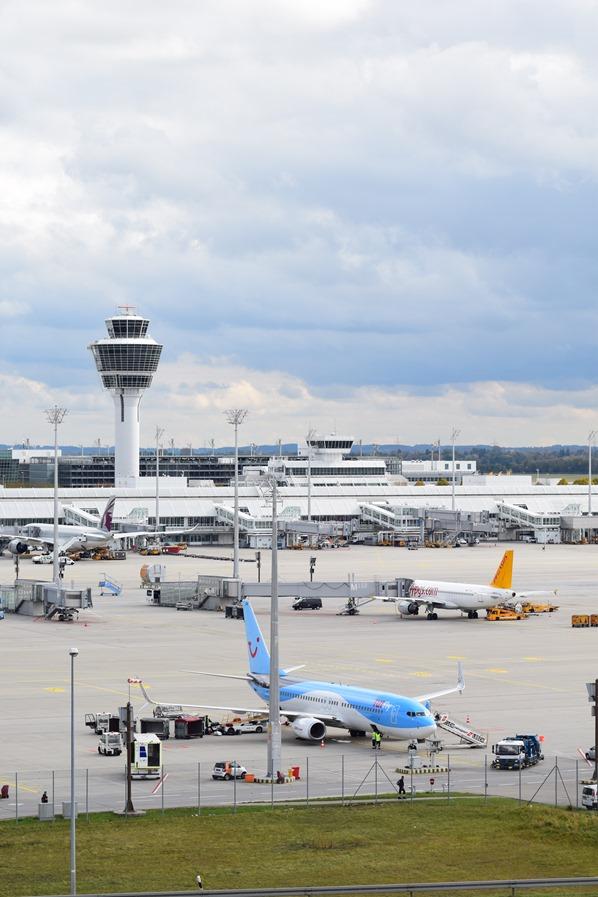01_TUIfly-Flughafen-Muenchen-Vorfeld-Tower-Fliegen-mit-Kleinkind