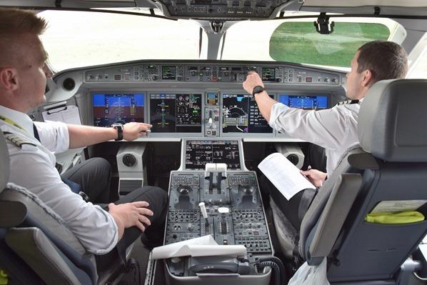 Cockpit AirBaltic Flug München Riga Lettland
