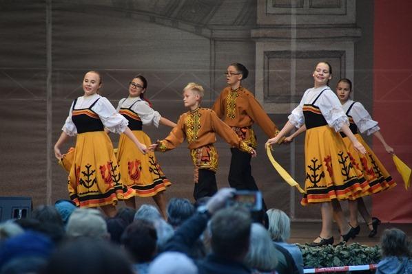 junge Tänzer lettische Tracht Sängerfest Riga Lettland