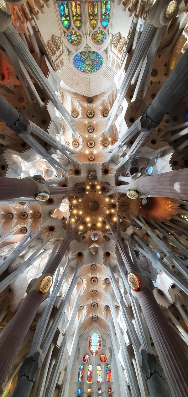 decke kathedrale sagrada familia barcelona spanien aida familien kreuzfahrt