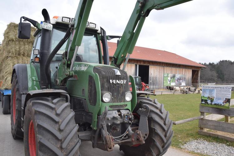 traktor bauernhof gut aiderbichl iffeldorf oberbayern