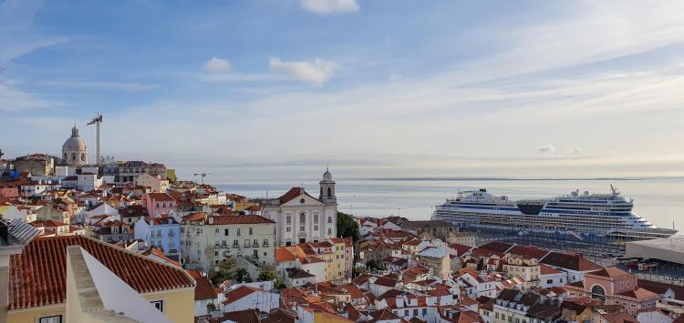 Städtereise Lissabon Sehenswürdigkeiten Aussichtspunkt Miradouro de Santa Luzia Kreuzfahrtschiff AIDAmar Portugal