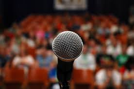 Microphone in front of a large audience - CC-licensed photo courtesy of www.flickr.com-https://www.flickr.com/photos/26495380@N03/3914858504/