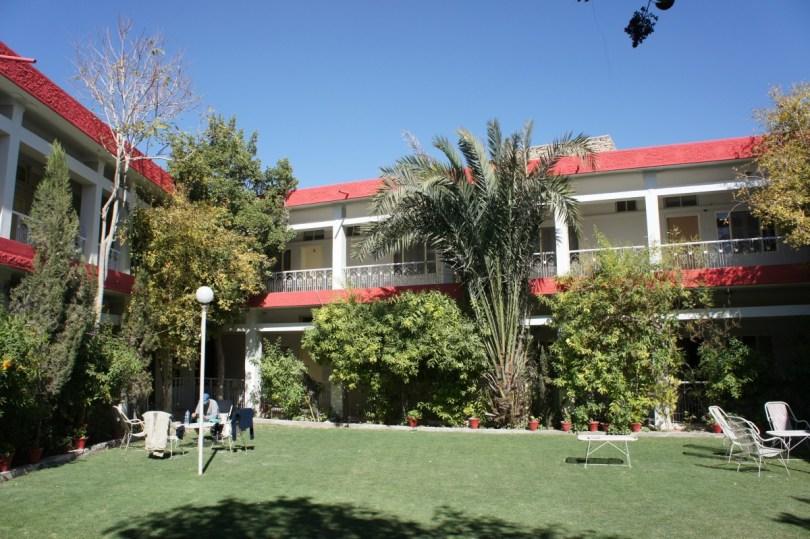 """Unser Hotel ist zwar """"extra für uns"""" teurer. Dafür haben wir einen schönen ruhigen, grünen und sonnigen Innenhof"""