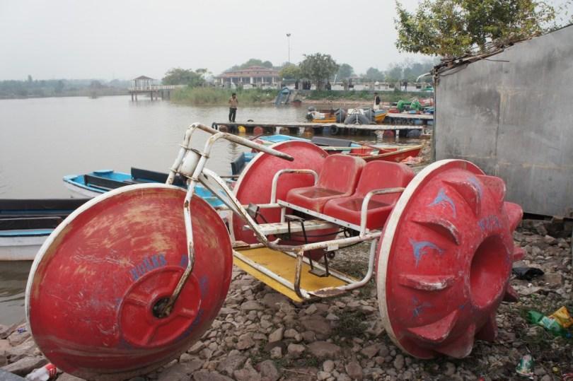 """Für die stressgeplagten Islamabader bietet der nah gelegende Rawal Lake viele Erholungsmöglichkeiten, z.B. """"Tretbootfahren"""" mit diesem Vehikel"""