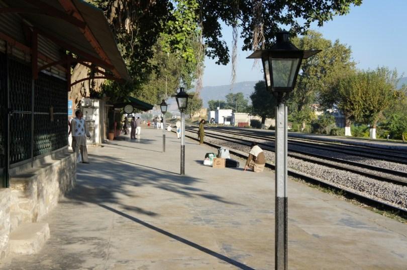 Warten auf meinen Zug in Golra Sharif (bei Islamabad). Der Bahnhof Golra Sharif versprüht noch deutlich den britischen Charme. Für die Technik- und Geschichtebegeisterten gibt es im Bahnhof zudem interessante Relikte mit Eisenbahnbezug aus der Zeit Britisch-Indiens zu bestaunen