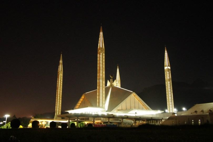 Die Shah Faisal Mosque gibt auch bei Dunkelheit ein imposantes Bild ab