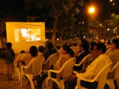 Publico linceño mirando cortos en la Plaza Ruiz Gallo