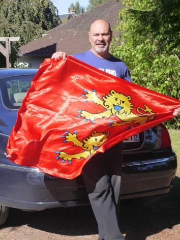 Un festivant qui sort le drapeau ! Quel panache ! Photo fournie par le festivant. Fête Des Normands 2015.