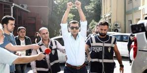 Voormalig korpschef anti-terrorisme eenheid Hayati Başdağ protesteert tegen zijn arrestatie