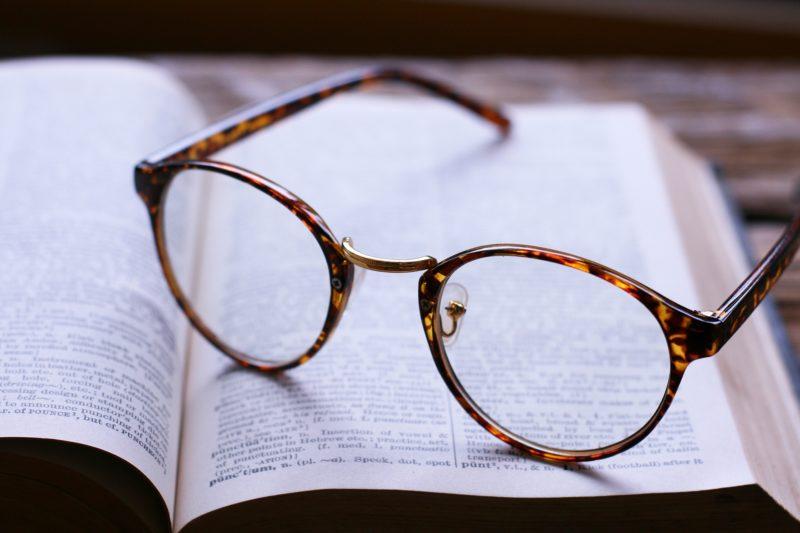 メガネをかけて語学の勉強をする