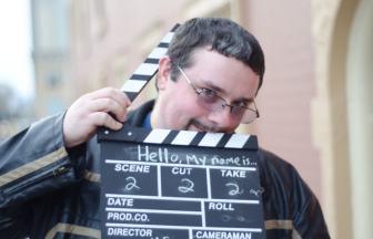 映画カチンコを持つ男性