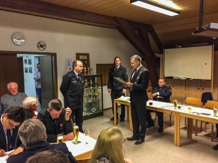 Steffen Wernard befördert Andreas Lang.