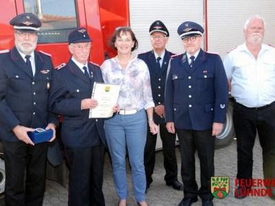 Hauptfeuerwehrmann Heinz Ziesenis erhält die Ehrung für 70-jährige Mitgliedschaft in der Feuerwehr