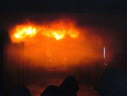 Rund 800 Grad ist die Feuerwalze an der Decke des Übungscontainers heiß.