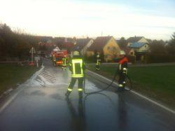 Beseitigung einer Ölspur in der Asbacher Straße. Foto: Thomas Döhnel