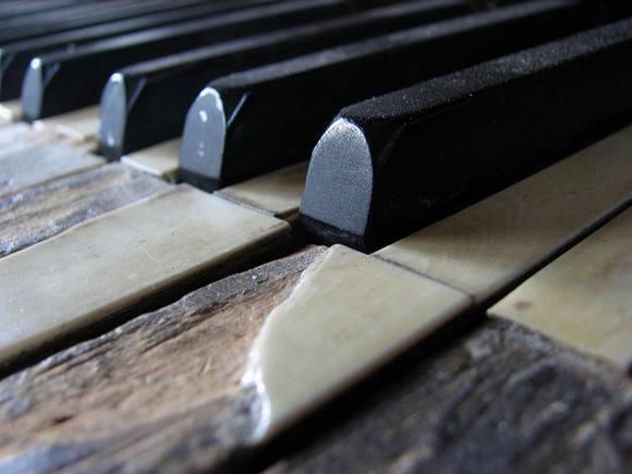 Piano with broken key - Hryck (Flickr).