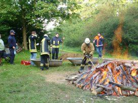 """Ist das Feuer heruntergebrannt, muss die Glut """"geerntet"""" werden."""