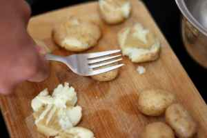 press potatoes