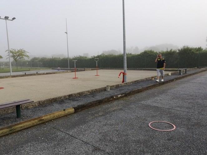 les ateliers prêts avant l'arrivée des élèves, dans la brume matinale