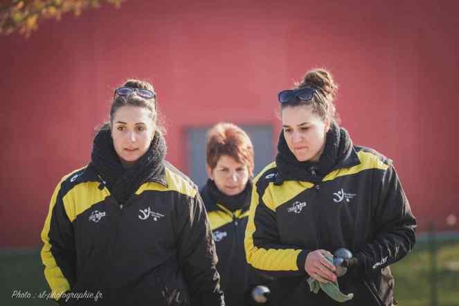 Justine et Auriane Chatelot très complices, Sandrine la maman veille