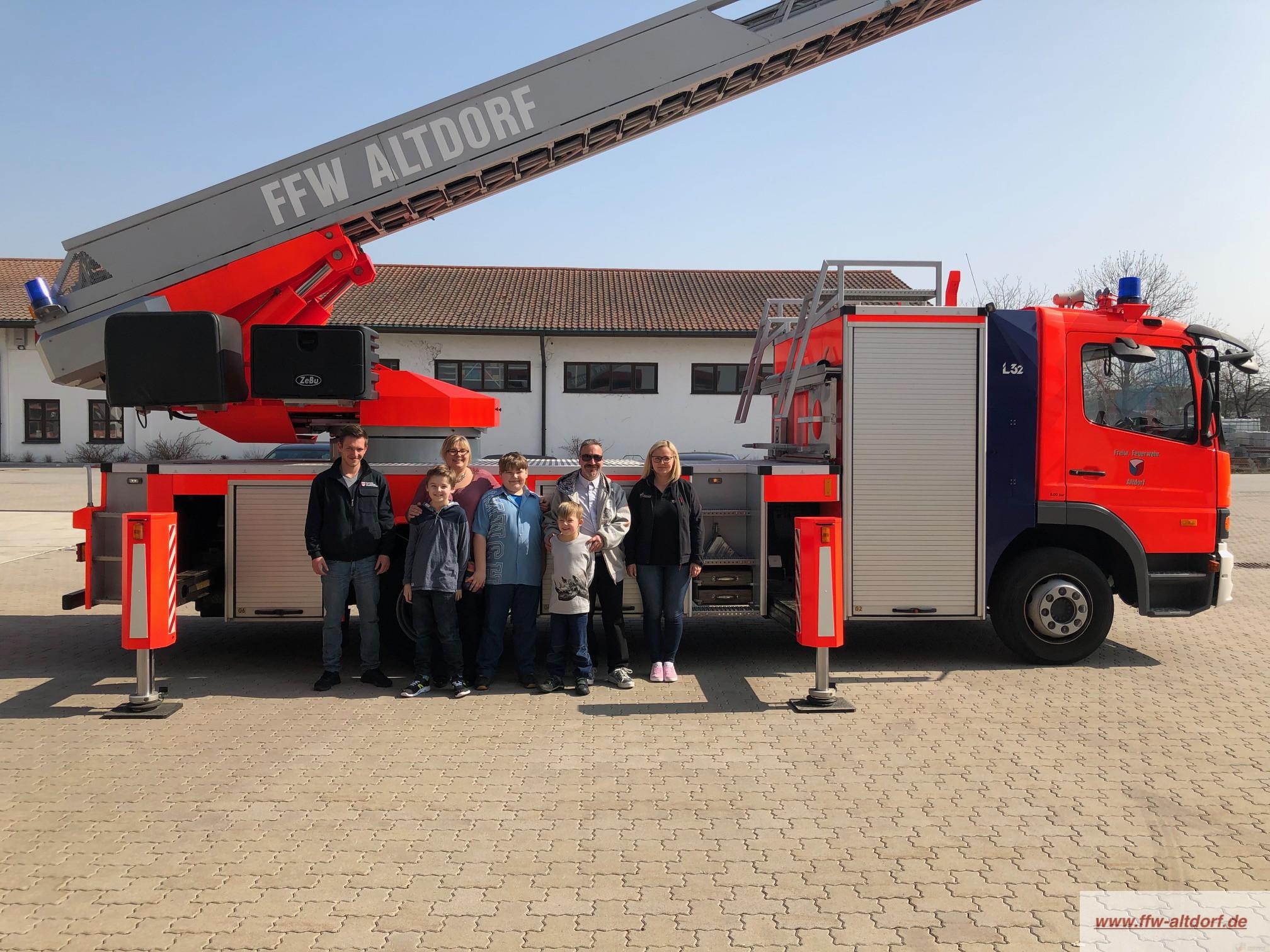 Familie mit Schicksalsschlag zu Besuch bei der Feuerwehr Altdorf