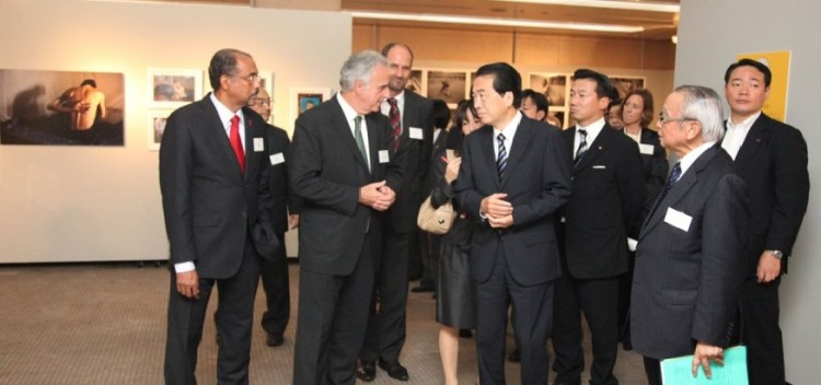 Viewing the photo exhibition are (from left, front row) Michel Sidibé, Michel Kazatchkine, Naoto Kan, and then JCIE President and FGFJ Director Tadashi Yamamoto
