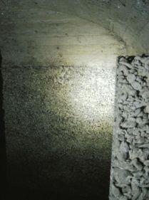 Türpfosten aus Magerbeton. Hier sollte vermutlich der innere Türrahmen eingebaut werden. Dann wäre eine Schleusenfunktion möglich gewesen.