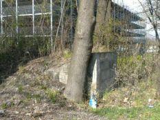 Eingang eines Deckungsgrabens in München Allach. Der Zugang ist vermauert.