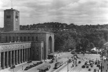 Hindenburgplatz nach 1933: An der Straßenbahnhaltestelle weht die Hakenkreuzflagge.
