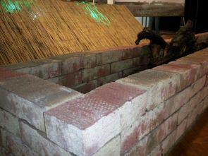In gemauerten Trögen lagen Brandsätze und brennbares Material bereit, um bei Angriffen entzündet zu werden. Dahinter Strohmatten mit Lichtern, die Straßen simulierten (Rekonstruktion 2011).