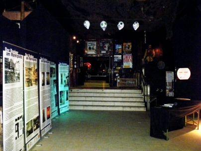 Foyer der Röhre mit Bunker-Rock-Ausstellung im Dezember 2011.