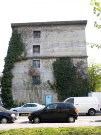 Hochbunker Sattelstraße 70 (2010). Die Fenster waren nach dem Krieg eingesprengt worden.