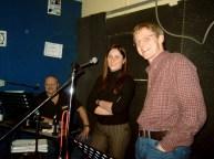 Die Wände im Übungsraum im Föhrichbunker strichen No Name blau. Von Links: Jimmy Allwood, Katja Benesch, Clemens.