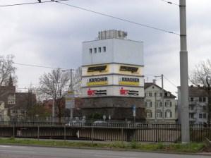 Bis vor wenigen Jahren war der Bunker in der Badstarße überwiegend Werbefläche und den Anwohnern ein Dorn im Auge. Jetzt gibt es einen Ideenwettbewerb zur Neunutzung.