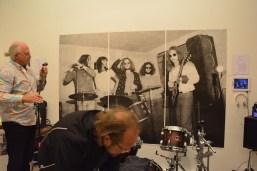 Vor dem Lebensgroßen Bild von Spratzel Strull bereitet sich die Not Named Band auf ihren Auftritt vor.