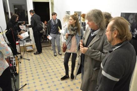 """Jan Gerog Plavek (Hawelka), Teflon Fonfara, vorn Hardy Sikler (Spratzel Strull), Besucher bei der Vernissage der Ausstellung """"Musik im Bunker"""" 2016."""