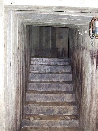Betontreppe zu einem vermauerten Ausgang.