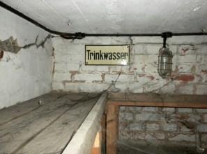 An mehreren Stellen waren Regalplätze für Trinkwasser eingerichtet.