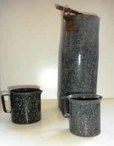 Kännchen, Tasse, Milchkanne. Die Gegenstände wurden oft von mittelständischen Betrieben gefertigt.