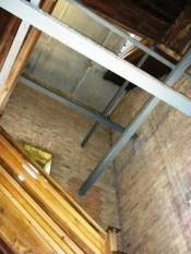 Im Innern des Turms führt eine Holztreppe nach oben.