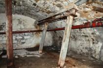 Das Gewölbe war im Krieg teilweise durch solche Stempel abgestützt worden.