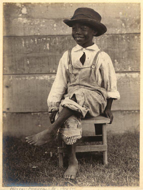 Un joven amaneciendo con sombrero y mono