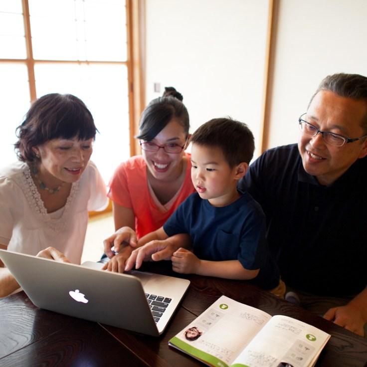 Família trabalhando em conjunto na indexação.