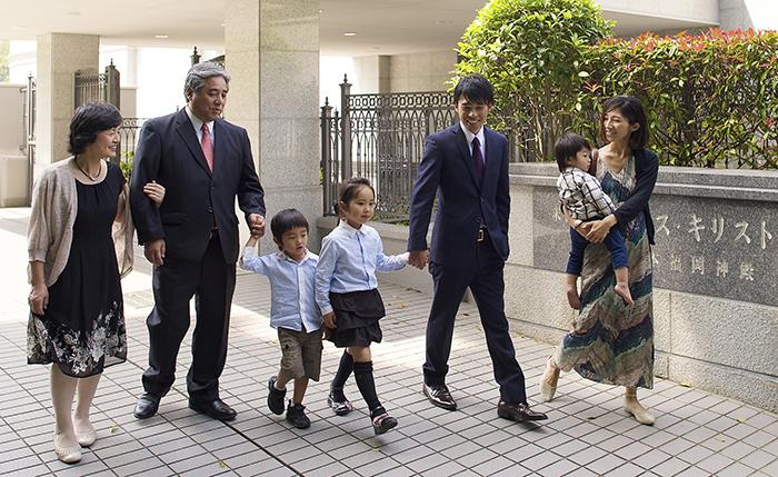 Famille japonaise allant au temple